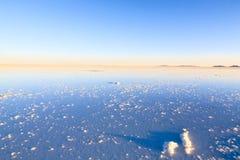 01 06 2000年玻利维亚de distance女性湖层放置孤立稀薄在撒拉尔盐旅行家uyuni走的水 库存图片