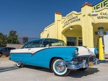 1956年福特Fairlane维多利亚- Blue_White -在Cucamo的前面  免版税库存照片