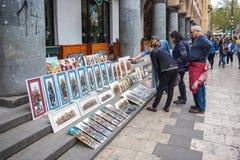 13 04 2018年第比利斯,乔治亚-卖纪念品和pictu的人们 免版税库存照片