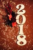 2018年红色新年快乐背景庆祝卡片闪耀的装饰 免版税库存照片