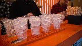 26 06 2019年街市基辅乌克兰 在酒吧的饮料 街道食物节日 在塑料玻璃的鸡尾酒 影视素材