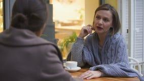 年轻不快乐的女性谈论问题与她的最好的朋友信任的联系 股票录像