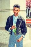 年轻与白色玫瑰的男孩等待的爱 免版税库存图片