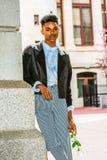 年轻与白色玫瑰的男孩等待的爱 免版税图库摄影