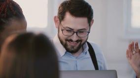 年轻专业英俊的白种人商人画象谈话与同事在公司工作场所职员会议上 股票录像