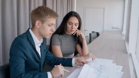 年轻主任商人和一起研究文件的专家女实业家在明亮的办公室 院长 股票视频