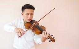 年轻亚洲人戏剧小提琴 古典音乐仪器 艺术和音乐与拷贝空间的画象背景 免版税图库摄影
