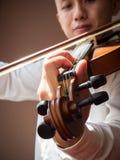 年轻亚洲人戏剧小提琴 古典音乐仪器 艺术和音乐画象背景 温暖的颜色口气 免版税图库摄影