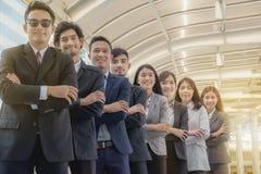 年轻亚洲企业队充满信心地站立和自豪感 免版税库存图片