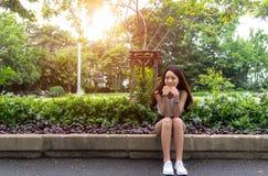 年轻亚洲在石台阶的妇女微笑愉快的开会有拷贝空间的 库存照片