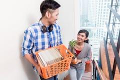 年轻亚洲对新的公寓的夫妇运载的财产 免版税库存照片