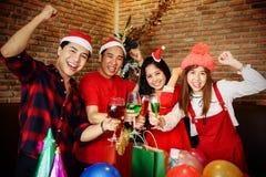 年轻亚洲小组庆祝圣诞晚会 免版税库存图片