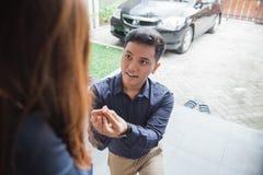 年轻亚洲男性提议 免版税库存照片