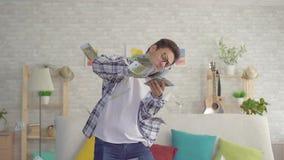 年轻亚裔人投掷纸币欧元美元,缓慢的mo 影视素材