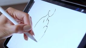 年轻亚裔使用图形输入板的妇女专业设计师 影视素材