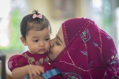 年轻亚裔回教母亲和她的女儿儿童女孩 免版税库存图片