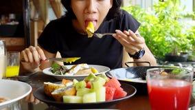 年轻亚裔妇女吃午餐在餐馆 股票视频