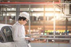 年轻亚裔工程师或建筑师与膝上型计算机一起使用 免版税图库摄影