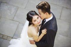 年轻亚裔新娘和新郎跳舞在露天 免版税图库摄影