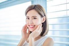 年轻亚裔皮肤护理妇女 库存照片