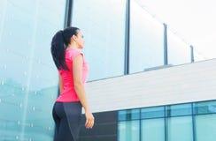 年轻人、适合和运动的女孩为跑步做准备 健身、体育和健康生活方式概念 库存照片