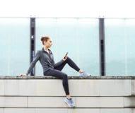 年轻人、适合和运动的女孩为都市跑步做准备 健身、体育和健康生活方式概念 库存照片