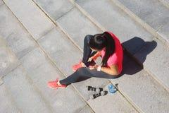 年轻人、适合和运动的女孩街道 健身,体育,都市跑步和健康生活方式概念 库存照片