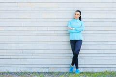 年轻人、适合和运动的女孩街道 健身,体育,都市跑步和健康生活方式概念 免版税库存图片