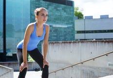 年轻人、适合和运动的妇女为都市跑步做准备 健身、体育和健康生活方式概念 免版税库存图片