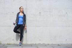 年轻人、适合和运动的妇女 健身,体育,都市和健康生活方式概念 库存图片
