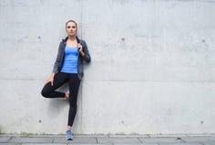 年轻人、适合和运动的妇女 健身,体育,都市和健康生活方式概念 图库摄影