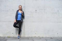 年轻人、适合和运动的妇女 健身,体育,都市和健康生活方式概念 免版税库存图片