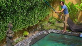 年轻人专业游泳场擦净剂做水池清洗的服务 影视素材