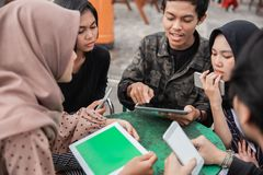 年轻人享用他们自己的小配件 免版税库存图片