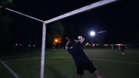 年轻人做反撞力球,但是守门员打它并且跌倒 股票视频