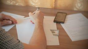 年轻人写着遗嘱 特写镜头手 股票视频