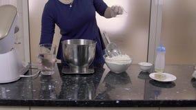 年轻人厨师准备烹调面团,站立在厨房里户内 股票录像