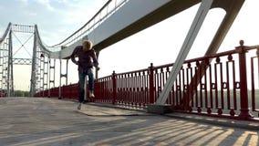 年轻人告诉某人愉快地跳与是姿态的桥梁和开始的 影视素材