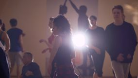 年轻人和女孩根据灯执行一个舞蹈在演播室 股票视频