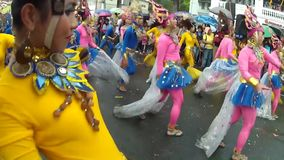 年轻人和妇女华丽椰子服装的沿街道,节日跳舞尊敬受护神 影视素材