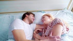 年轻人和妇女在床上的睡眠穿戴的在面对面的早晨 影视素材