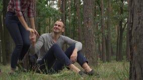 年轻人和妇女在森林里见面了 股票视频
