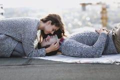 年轻人和妇女在秋天日落拥抱户外 库存图片