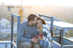 年轻人和妇女容忍和有乐趣户外 免版税图库摄影