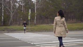 年轻人和妇女通过交叉路在彼此走并且坠入爱河 股票视频