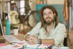 年轻人在一个创造性的办公室 库存照片