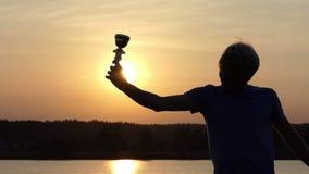 年轻人在一个湖愉快地培养他的优胜者碗在slo mo 影视素材