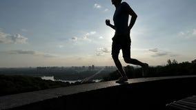 年轻人在一个观察台的遏制跑在Kyiv在slo mo 股票录像