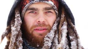 年轻人在冬天雪户外走白色公园的森林人的微笑照相机 影视素材