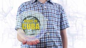 年轻人在古巴显示做的行星地球和文本的全息图 股票录像
